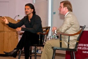 Ricardo Arjona dictó conferencia en la Universidad de Harvard