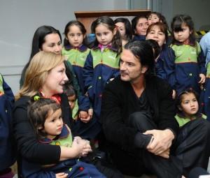 Ricardo Arjona se reúne con niños afectados por el terremoto en Chile