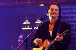 Ricardo Arjona sorprende a fanática al cantar a dúo la canción Fuiste tú