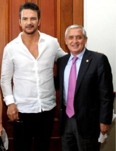 Ricardo Arjona se reúne con el presidente de Guatemala para ver avance de proyecto educativo