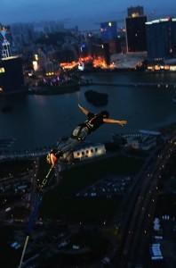 Ricardo Arjona se tira del bungee más alto del mundo