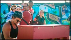 """Vídeo: Ricardo Arjona cantando """"Apnea"""" al piano y en la calle"""
