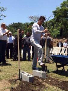 Ricardo Arjona coloca la primera piedra de la segunda escuela de su fundación Adentro