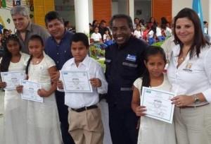 Se gradúa la primera promoción de estudiantes de la escuela de Ricardo Arjona