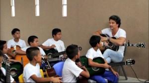 Ricardo Arjona sorprendió a un grupo de niños visitando la escuela de su Fundación Adentro