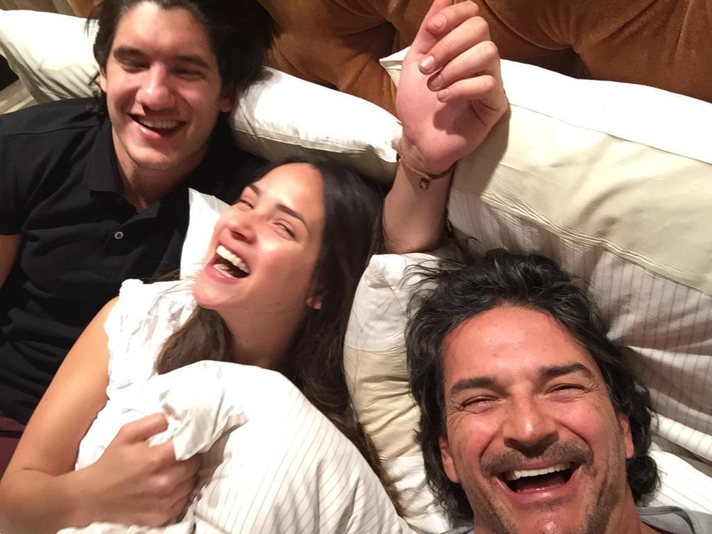Ricardo Arjona en la cama con sus dos amores