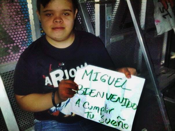 Los Arjonianos Independientes le hicieron el cartel que lleva en sus manos