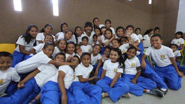 Ricardo Arjona junto a los alumnos de la Escuela Fundación Adentro Nohemí Morales de Arjona