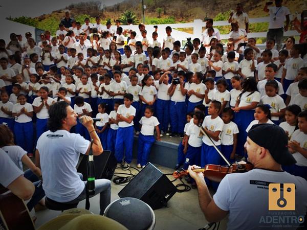 Arjona llegó a las instalaciones para compartir con los estudiantes e impartirles clínicas musicales